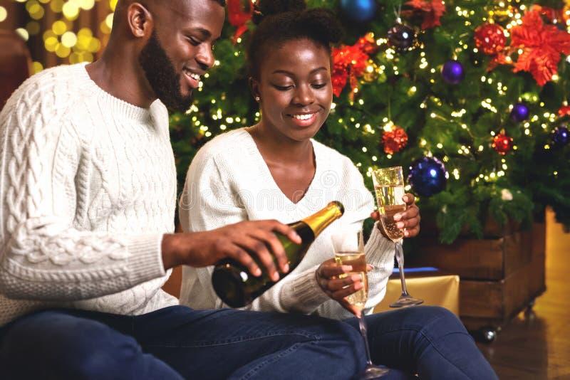Счастливой афроамериканской американской паре, выступающей в канун Нового года стоковые фотографии rf