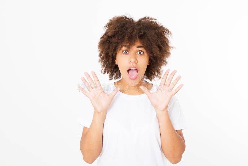Счастливой афро американской сторона удивленная девушкой Молодая темная женщина кожи изолированная на белой предпосылке в футболк стоковые изображения rf