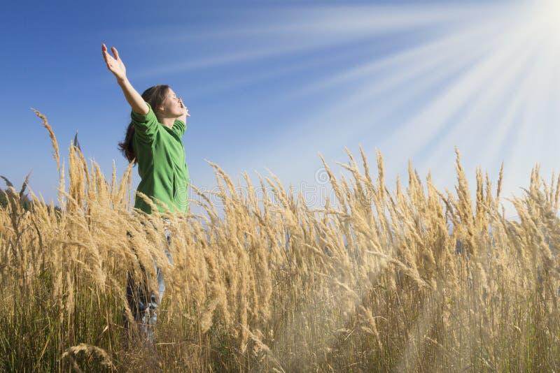 Счастливо в траве стоковое изображение rf