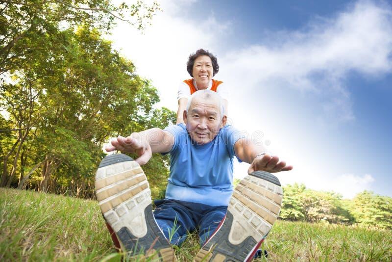 Счастливые азиатские старшие пары стоковые изображения