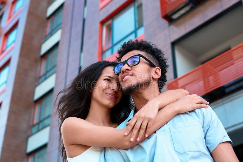 Счастливые Афро-американские пары outdoors на весенний день стоковая фотография