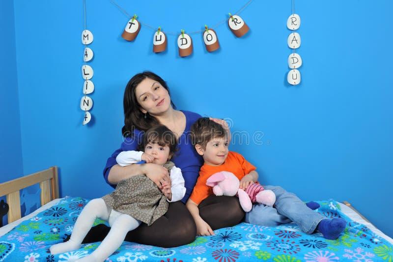 Счастливые беременные женщины и маленькие ребеята стоковое изображение rf