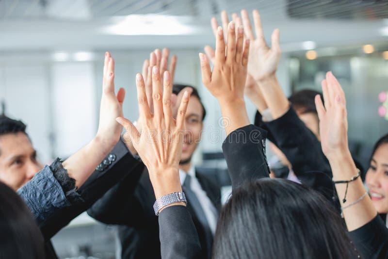 Счастливые бизнесмены показывая работу команды и давая 5 после подписания согласования или контракт с иностранными партнерами в о стоковое фото rf