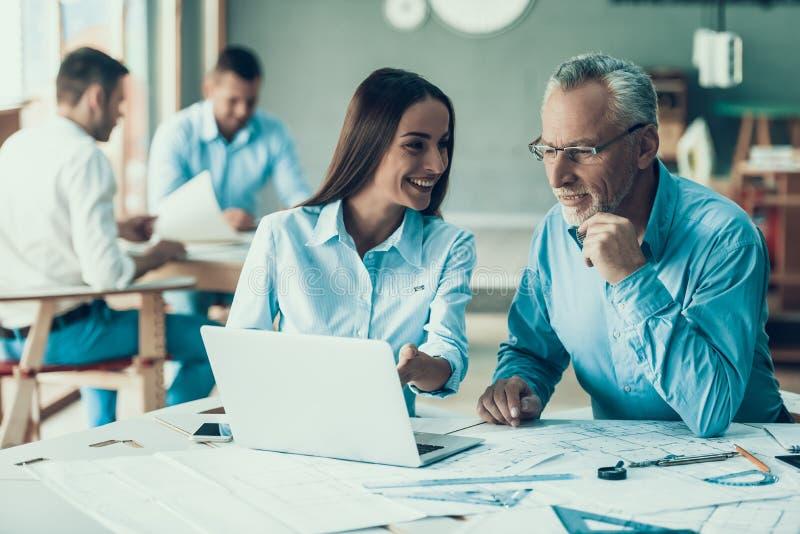 Счастливые бизнесмены работая совместно в офисе стоковая фотография rf