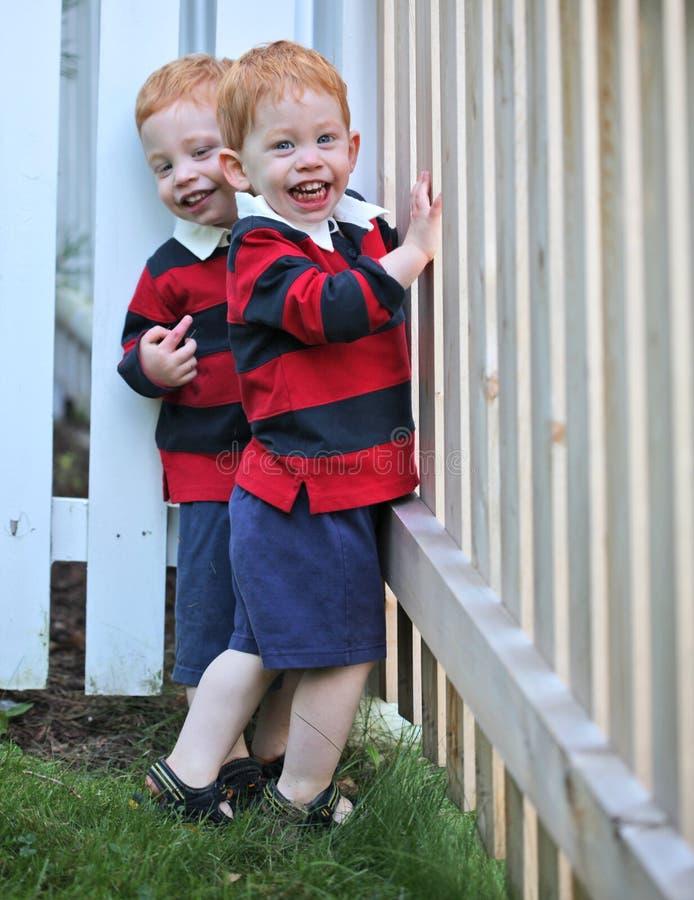 счастливые близнецы стоковая фотография
