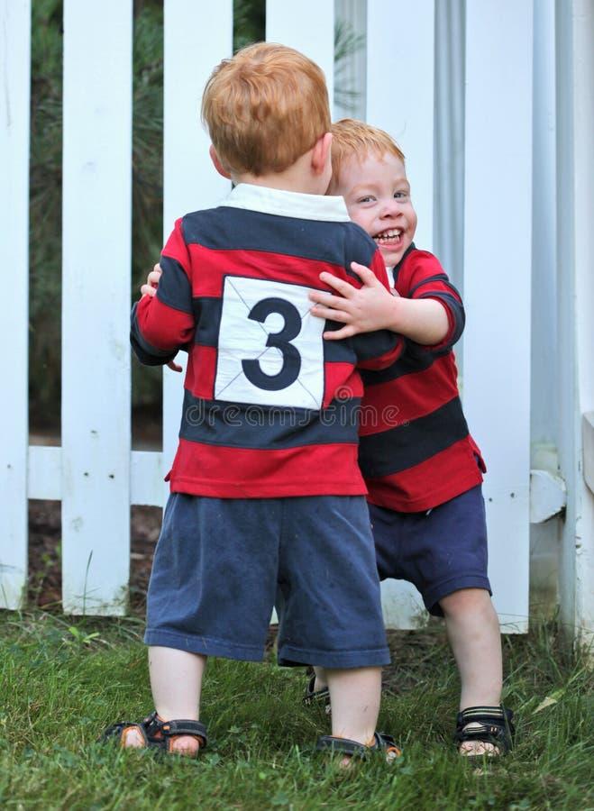 счастливые близнецы стоковое изображение rf