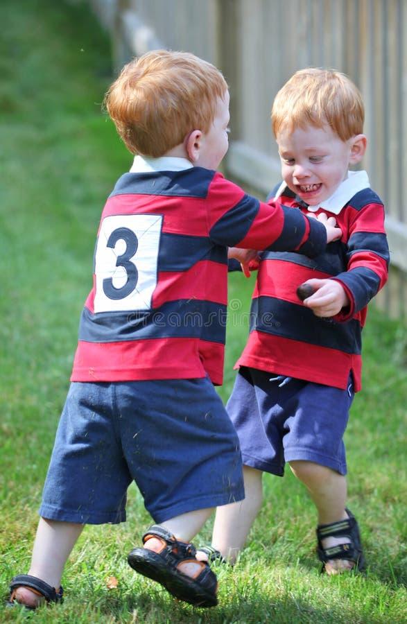 счастливые близнецы стоковые изображения rf