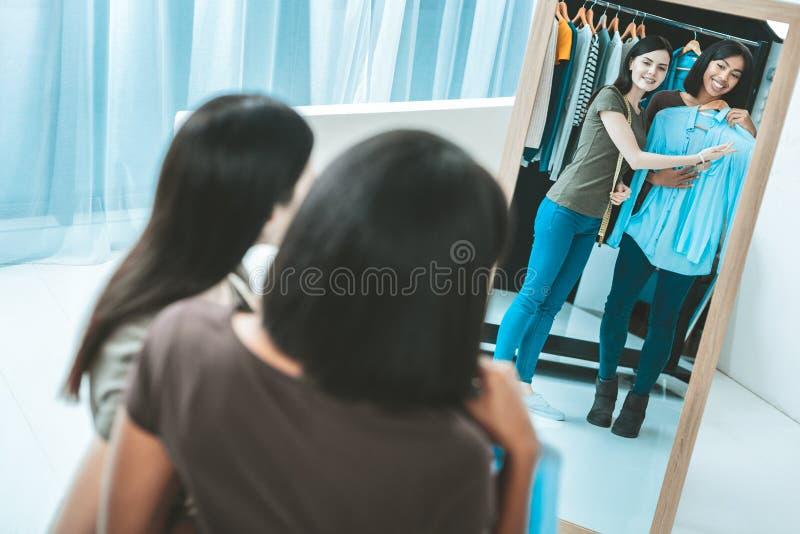 Счастливые брюнет нося голубую блузку стоковая фотография