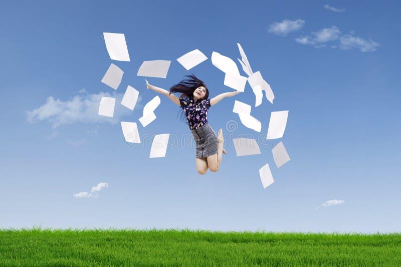 Счастливые бумаги хода коммерсантки стоковое изображение rf