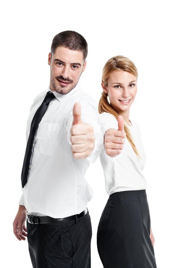 Счастливые вскользь пары дела делая ОДОБРЕННЫЙ знак стоковые фото