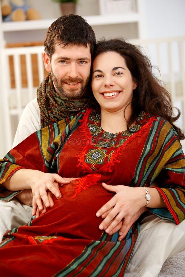 Счастливые выжидательные пары в питомнике стоковая фотография