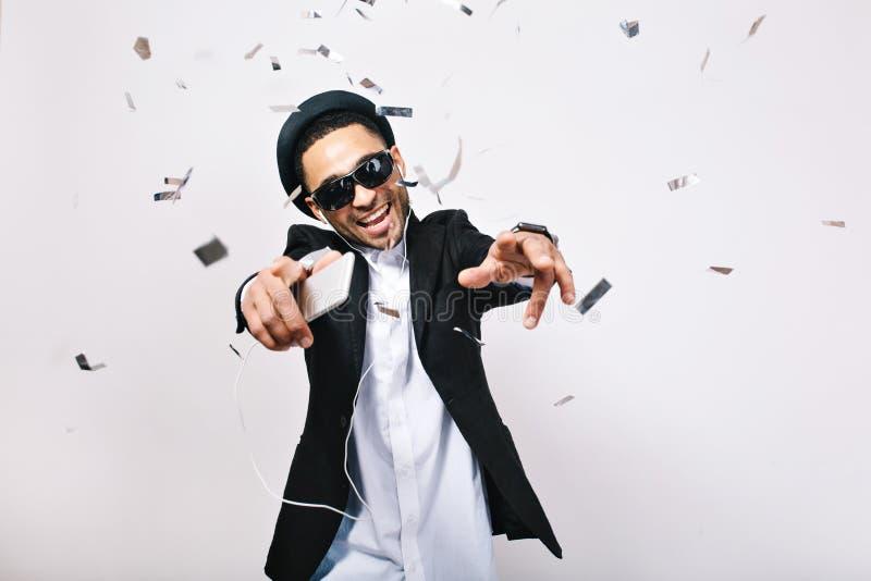 Счастливые выходные, сумасшедшее время партии возбужденного красивого парня в костюме, шляпа, черные солнечные очки имея потеху в стоковые изображения