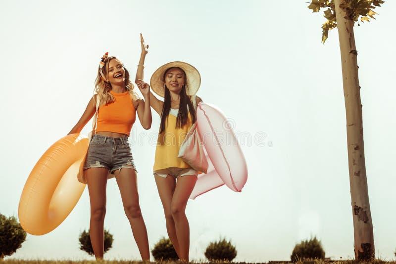 Счастливые дамы имея потеху пока идущ к пляжу стоковое изображение rf