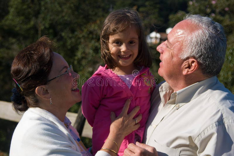 Счастливые дед, бабушка и внучат стоковое фото rf