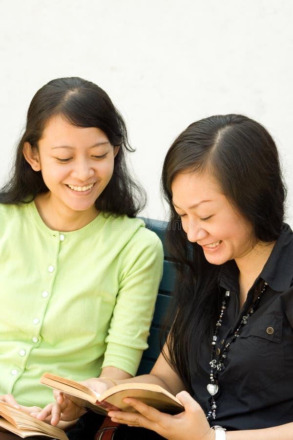 счастливые детеныши женщины чтения 2 стоковая фотография