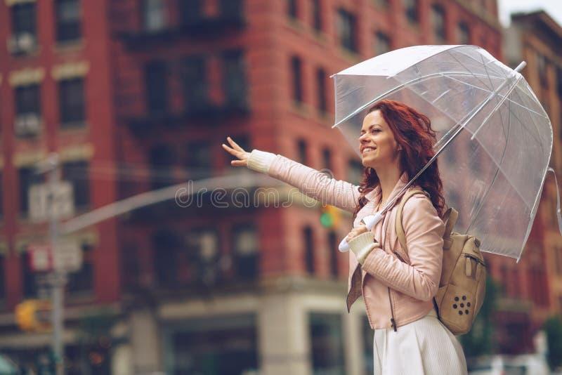 счастливые детеныши женщины стоковое фото