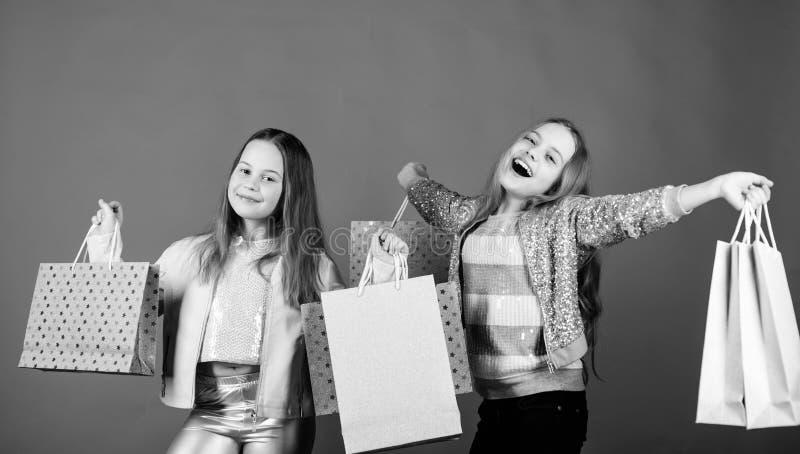 Счастливые дети в магазине с сумками Покупки самая лучшая терапия Ходя по магазинам счастье дня Сестры ходя по магазинам совместн стоковая фотография rf