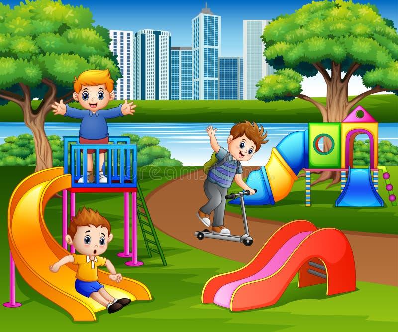 Счастливые дети играя в спортивной площадке школы бесплатная иллюстрация