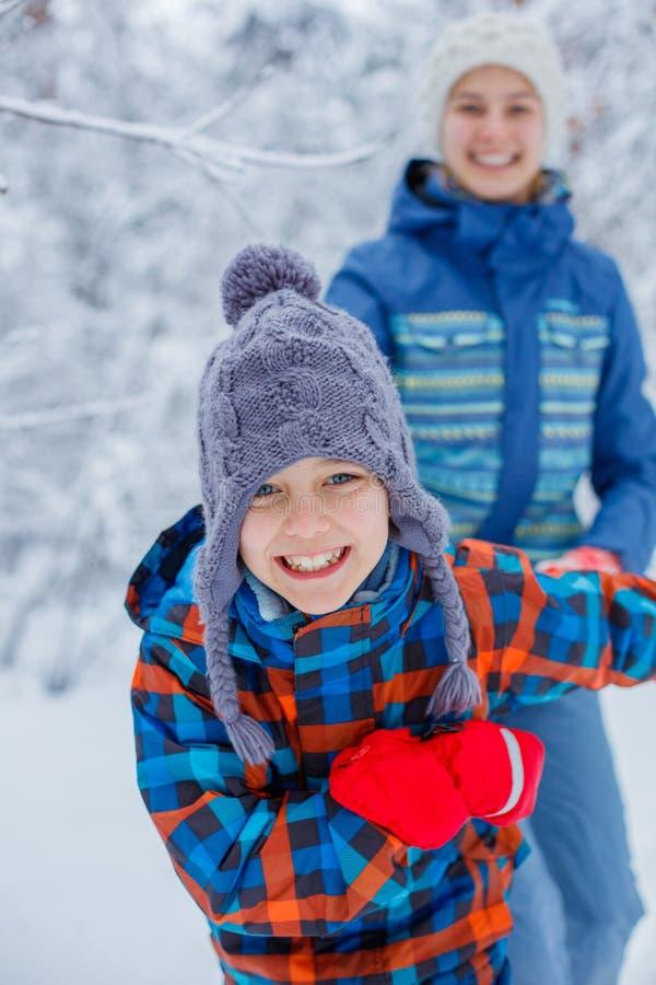Счастливые дети играя на снежный зимний день стоковая фотография rf