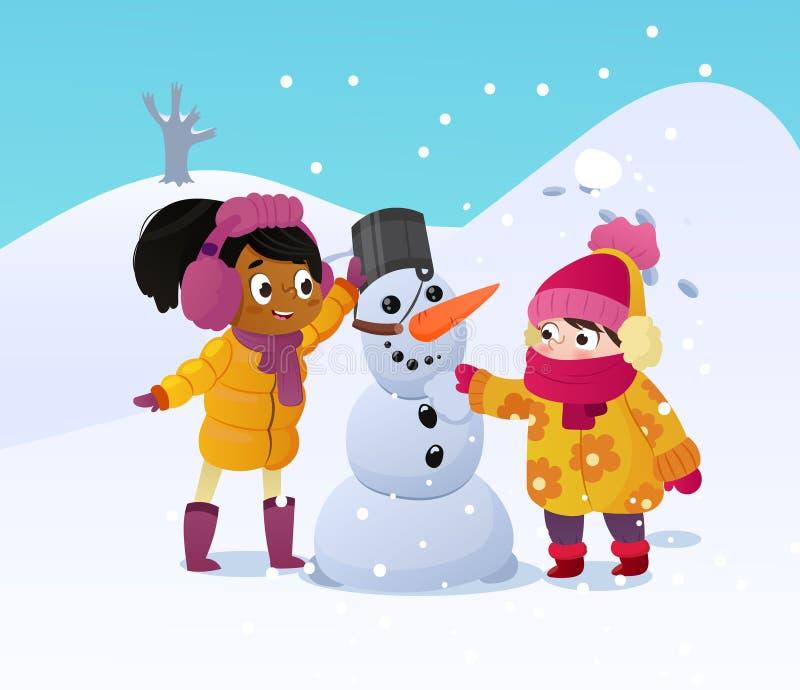 Счастливые дети играя с снеговиком Смешные маленькие girs на прогулке в зиме outdoors Дети строя играть человека снега иллюстрация вектора