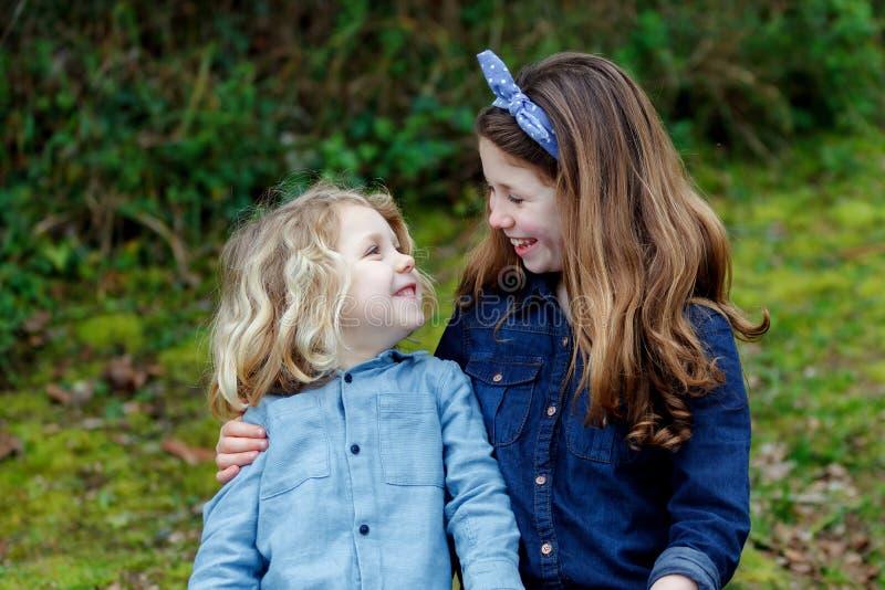 Счастливые дети парк наслаждаясь красивым днем стоковая фотография rf
