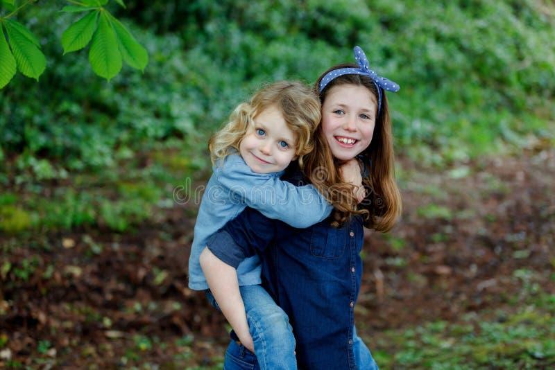 Счастливые дети парк наслаждаясь красивым днем стоковая фотография