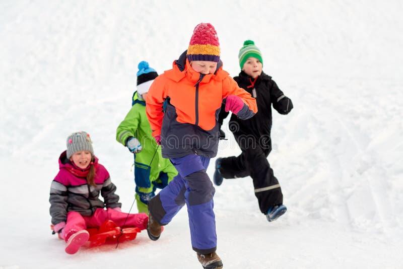Счастливые дети при скелетон имея потеху outdoors в зиме стоковые изображения rf