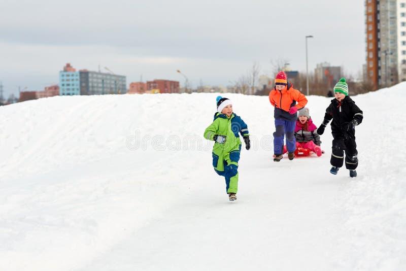 Счастливые дети при скелетон имея потеху outdoors в зиме стоковая фотография rf
