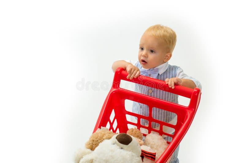 счастливые детство и забота ходить по магазинам для детей Ребенок мальчика в магазине игрушки сбережения на приобретениях мальчик стоковое фото