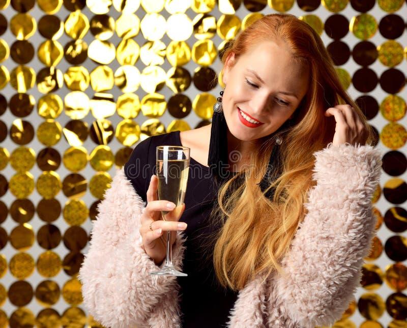 Счастливые довольно молодые смеясь над женщины держат и выпивая Шампань дальше стоковое фото rf