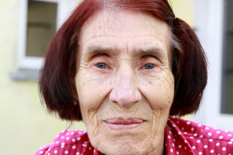 счастливые домашние старые ослабляя женщины стоковая фотография rf