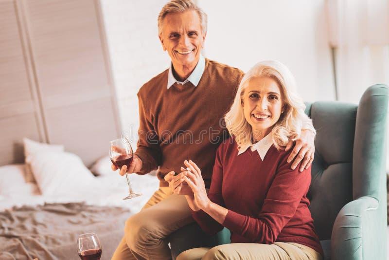Счастливые достигшие возраста пары празднуя годовщину замужества стоковая фотография rf