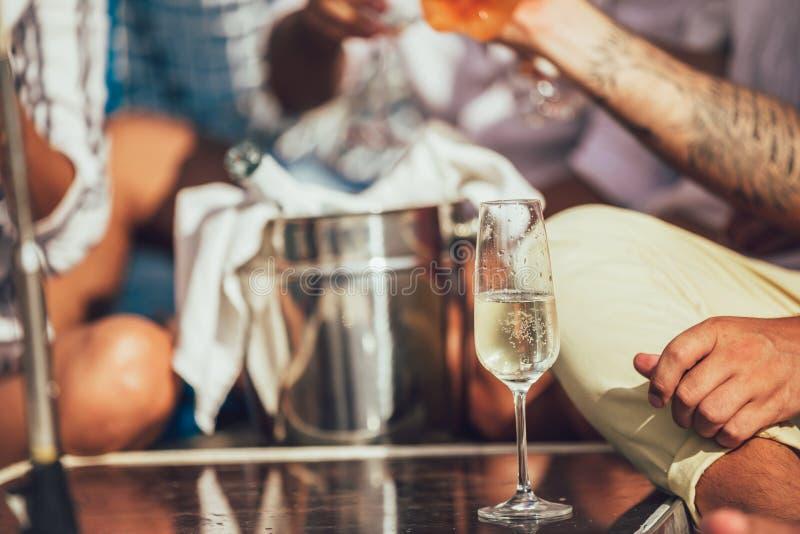 Счастливые друзья с стеклами шампанского на яхте стоковые фотографии rf