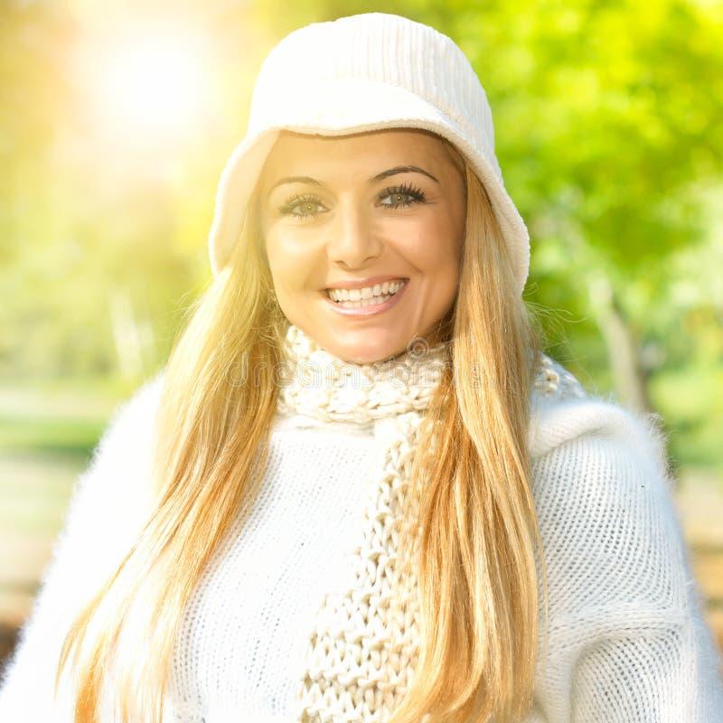 Счастливые женщины outdoors стоковое изображение