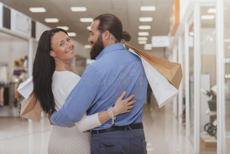 Счастливые зрелые покупки пар на торговом центре стоковое фото
