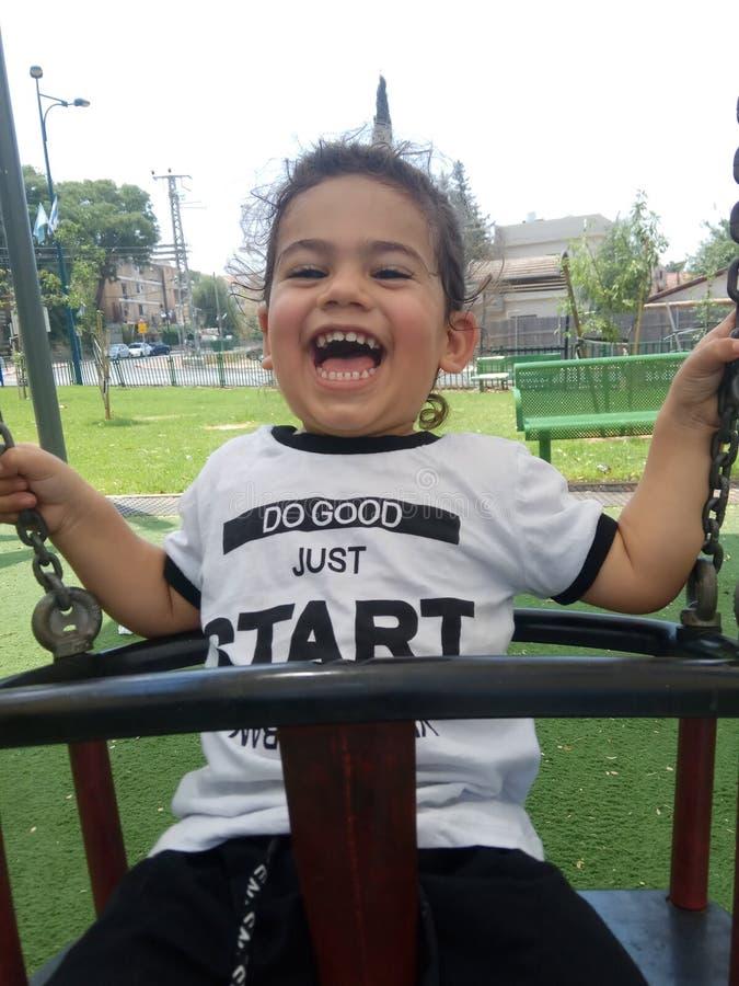 Счастливые игры и смех мальчика стоковые фотографии rf