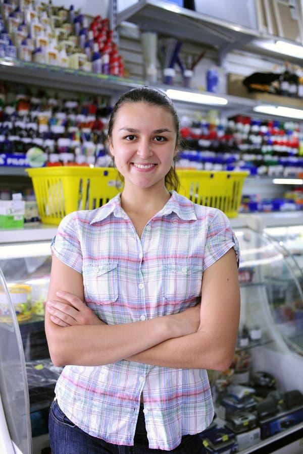 счастливые канцелярские принадлежности магазина предпринимателя стоковые фотографии rf