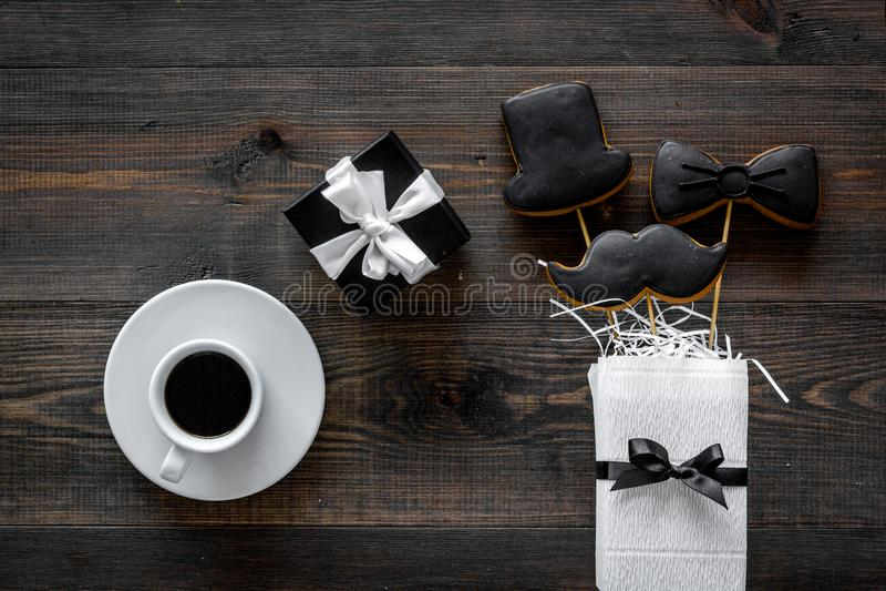 Счастливые карточки дня ` s отца Черный галстук, усик и печенья и подарок шляпы Деревянное взгляд сверху предпосылки стола стоковые фото