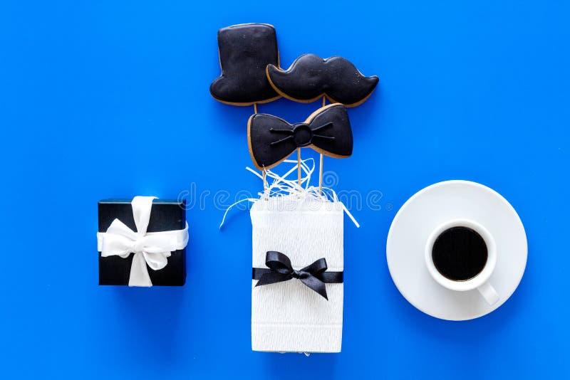Счастливые карточки дня ` s отца Черный галстук, усик и печенья и подарок шляпы Голубое взгляд сверху предпосылки стоковые изображения rf