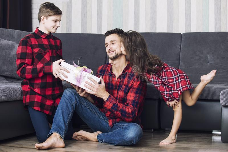 Счастливые красивые дети мальчик и девушка дают подарок к шипучке стоковое фото rf