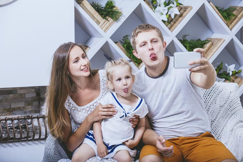 Счастливые красивые молодые отец, мать и дочь семьи doi стоковые фотографии rf
