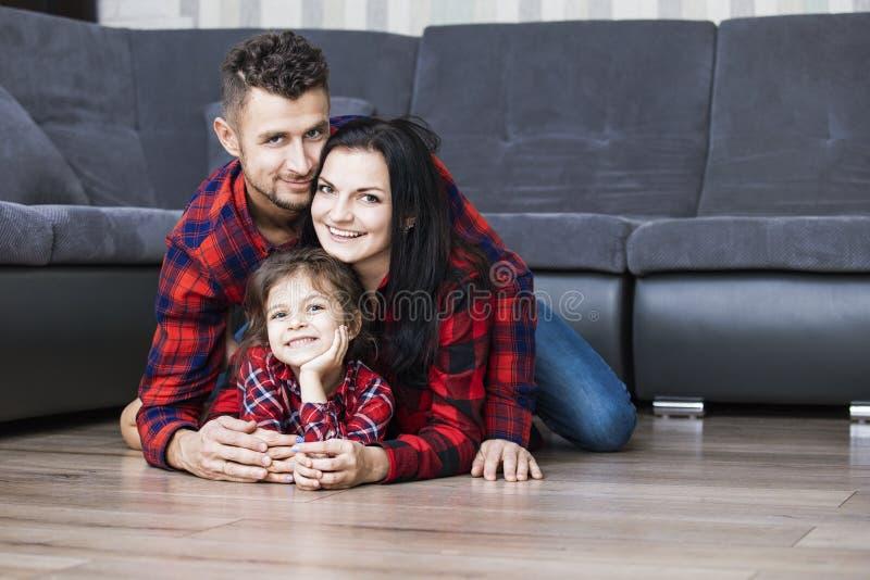 Счастливые красивые папа, мать и дочь семьи усмехаясь совместно стоковая фотография rf
