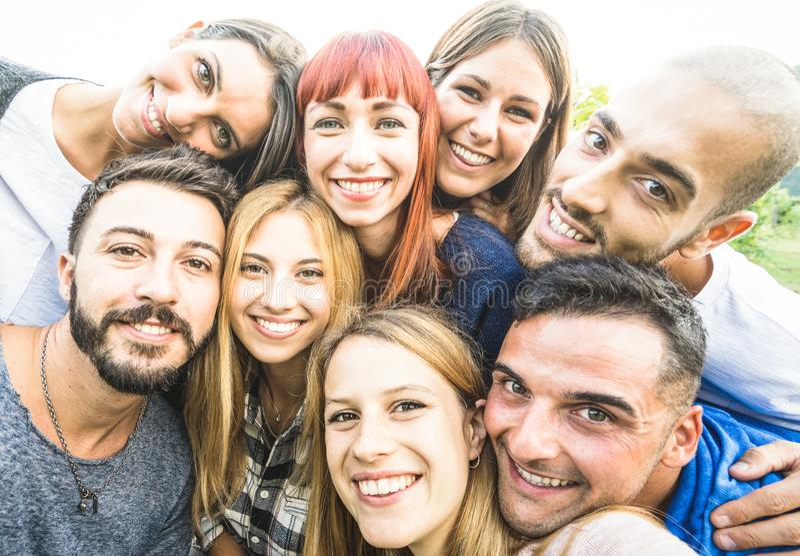 Счастливые лучшие други принимая selfie outdoors с desaturated освещать контржурным светом стоковое изображение