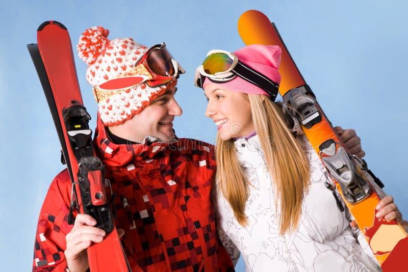 счастливые лыжники стоковое изображение rf