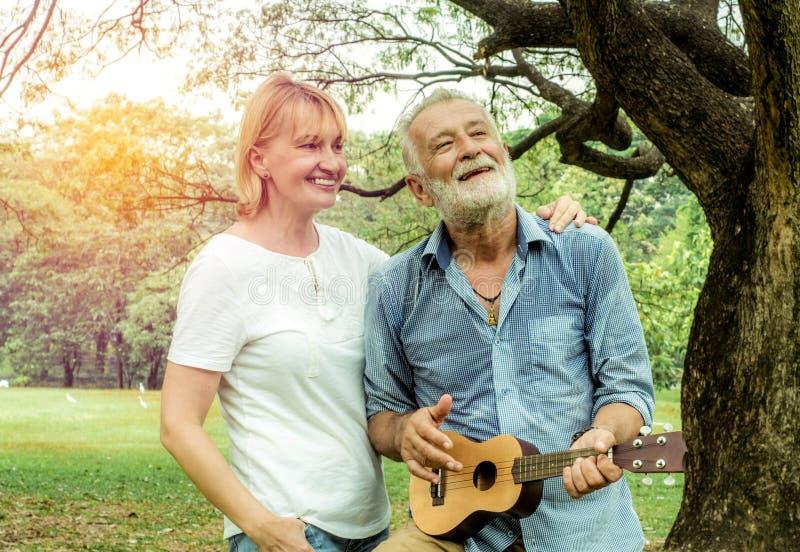 Счастливые любящие старшие пары проводя день в сельской местности и имея потеху концепция о старшинстве и людях стоковая фотография