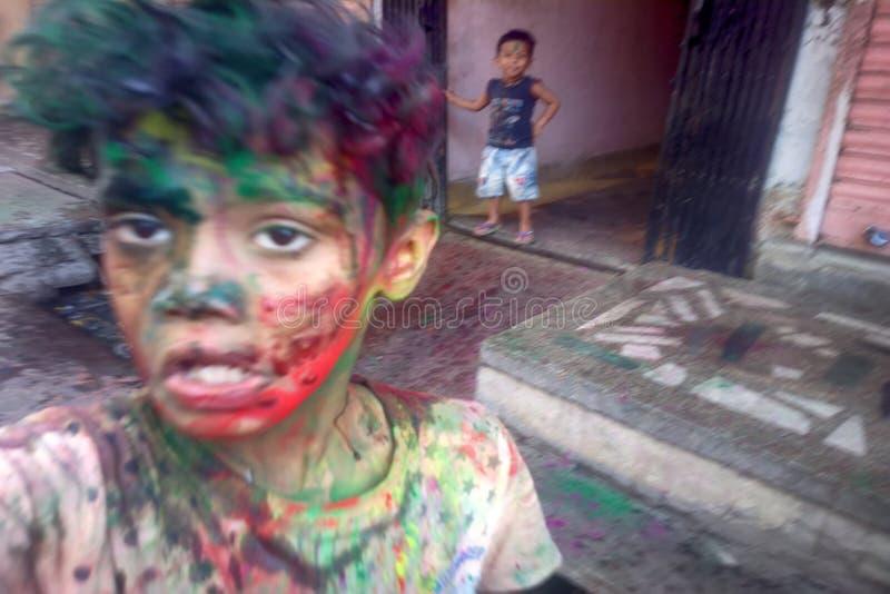 счастливые люди во время торжества Holi в Индии стоковые изображения rf