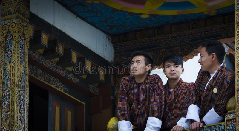 Счастливые люди в традиционных платьях стоковое фото