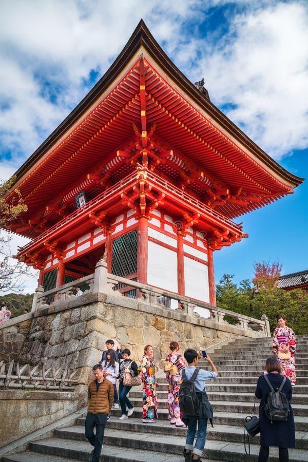 Счастливые люди фотографируя и посещая иконическое Kiyomizu-dera буддийский висок в Киото стоковое фото