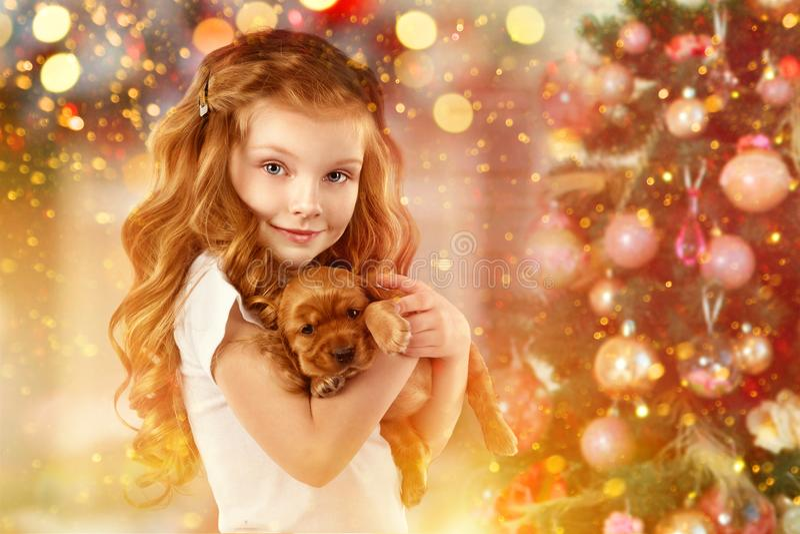 Счастливые маленькая девочка и собака около рождественской елки Новый Год 2018 Концепция праздника, рождество, предпосылка Нового стоковые изображения
