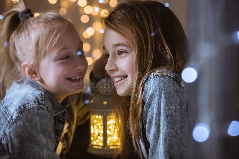 Счастливые, маленькие друзья тратя время стоковое фото